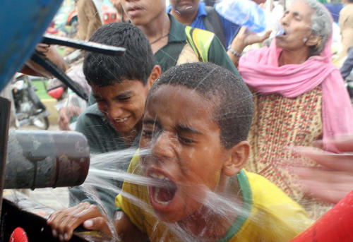 نوشیدن آب از تانکر – کراچی پاکستان