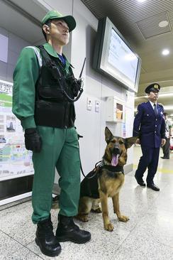 افزایش تدابیر امنیتی در ایستگاه های مترو شهر توکیو ژاپن در آستانه نشست سران جی هفت در این کشور