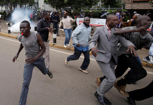 تجمع هفتگی – دوشنبه ها- مخالفان حکومت کنیا علیه نظام انتخابات کنیا در مقابل دفتر مرکزی کمیسیون انتخابات این کشور در شهر نایروبی
