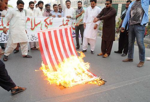 تظاهرات در محکومیت حمله پهپادهای آمریکایی به خودروی حامل رهبر وقت طالبان - مولتان پاکستان