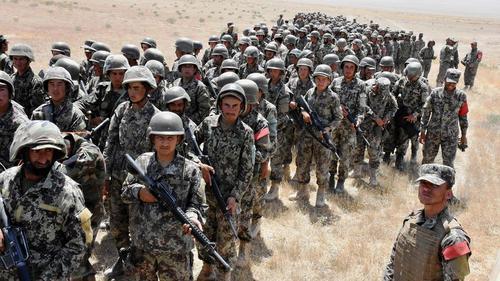 نیروهای ارتش افغانستان در حال یک تمرین نظامی در شهر مزار شریف