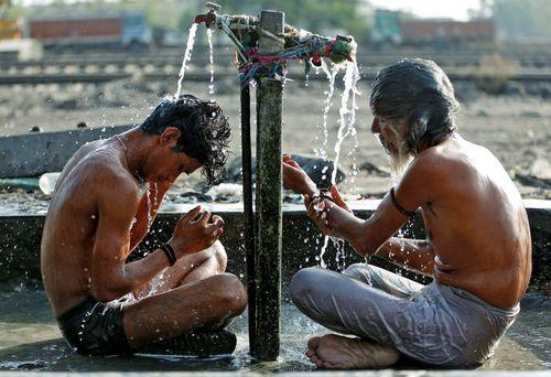 دوش گرفتن در احمد آباد هند