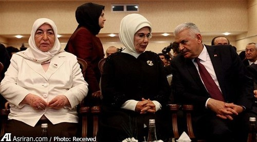 سمیحه ییلدیریم (نفر سمت چپ) در کنار همسر اردوغان و همسرش (فرد سمت راست تصویر) در مراسم افتتاحیه یک مدرسه خیریه