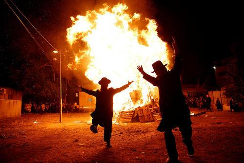 روشن کردن آتش از سوی یهودیان ارتدوکس در مراسم جشن