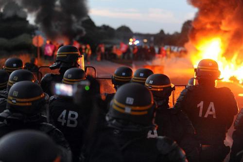 درگیری پلیس با کارگران معترض یک پالایشگاه در والنسینز فرانسه