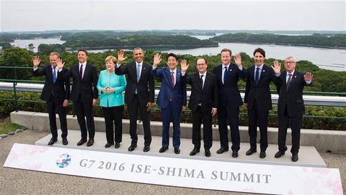 از چپ به راست: دونالد تاسک، رئیس شورای اروپا، ماتئو رنتسی، نخست وزیر ایتالیا، آنگلا مرکل، صدر اعظم آلمان، باراک اوباما، رئیس جمهور امریکا، شینزو آبه، نخست وزیر ژاپن، فرانسوا اولاند، رئیس جمهور فرانسه، دیوید کامرون، نخست وزیر انگلیس، جاستین ترودو، نخست وزیر کانادا و ژان کلود یونکر، رئیس کمیسیون اروپا در شهر ایسه شیمای ژاپن