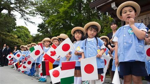 کودکان ژاپنی برای استقبال از سران گروه هفت منتظر ایستادهاند