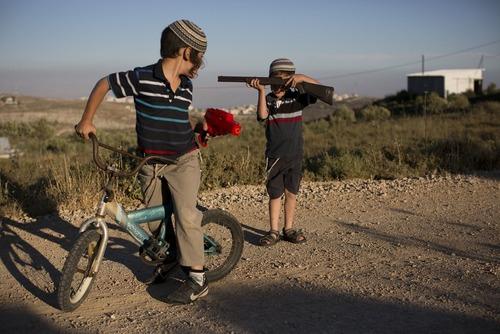بازی کودکان در شهرک های غیر قانونی یهودی نشین در اراضی اشغالی فلسطین