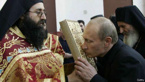با وجود سابقه کار به عنوان افسر کا گ ب در زمان کمونیسم، آقای پوتین به مذهب ارتدوکس روی آورده است