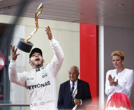 پرنسس شارلین موناکو در حال تشویق لوییز همیلتون برنده مسابقات جایزه بزرگ اتومبیلرانی موناکو
