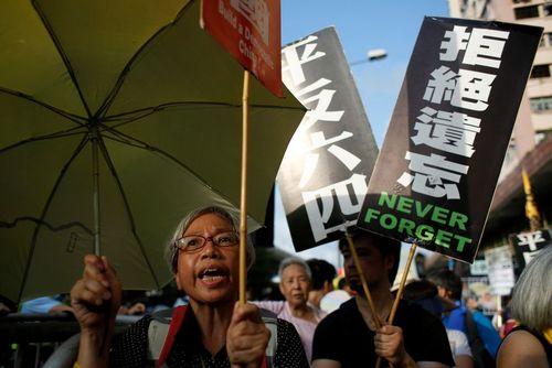 تظاهرات در بیست وهفتمین سالگرد سرکوب خشن جنبش دموکراسی خواهان چین در میدان تیان آن من پکن – هنگ کنگ