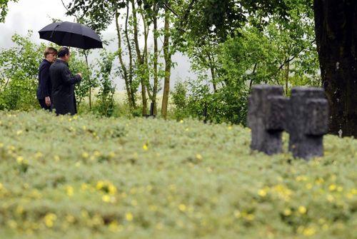 رهبران آلمان و فرانسه در حال بازدید از قبرستان سربازان آلمانی در فرانسه در صدمین سالگرد نبرد وردان