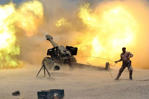 شلیک توپ از سوی نیروهای ارتش عراق به سمت مواضع داعش در عملیات آزاد سازی فلوجه از دست این گروه تروریستی