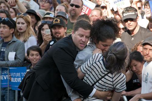 دستگیری 4 معترض در سخنرانی برنی سندرز یکی از دو نامزد انتخابات ریاست جمهوری آمریکا از حزب دموکرات – اوکلند کالیفرنیا