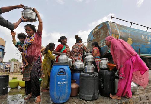 دریافت آب از تانکر – احمد آباد هند