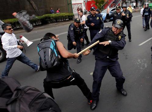 اعتراض به مراسم گاو بازی در بیرون استادیوم گاو بازی در شهر مکزیکو سیتی