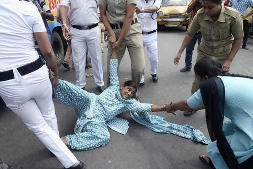 تظاهرات زنان هندی در اعتراض به تجاوز گروهی به یک زن 25 ساله در خودرو – کلکته