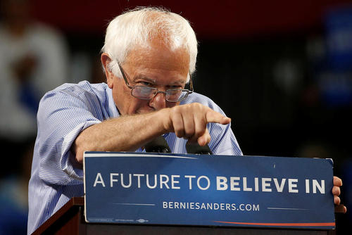 سخنرانی برنی سندرز نامزد دموکرات انتخابات ریاست جمهوری آمریکا در جمع حامیانش در شهر سانتا کروز ایالت کالیفرنیا