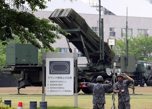 رونمایی از یک سیستم دفاع ضد موشکی ژاپنی در مقابل ساختمان وزارت دفاع در شهر توکیو
