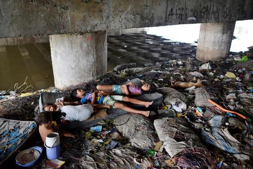 خواب کودکان زیر یک پل در شهر مانیل فیلیپین