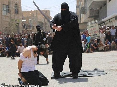 این جلاد چاق در چند ویدئوی گردن زدن و قطع اعضای بدن دیده شده است. تصویر زیر مربوط به گردن زدن دو جوان عراقی در استان الانبار به اتهام کفر است