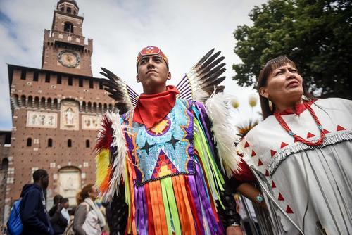 رژه بومیان در میدان کاستلو در شهر میلان ایتالیا