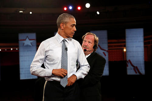 کار گذاشتن دستگاه میکروفون روی لباس اوباما برای مصاحبه با پی بی اس