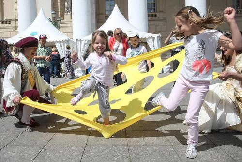 مراسم روز جهانی کودک در محوطه ساختمان آمفی تئاتر مسکو