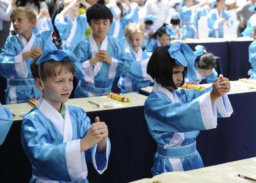 حضور صدها دانش آموز چینی و خارجی در مراسم روز کودک در مدرسه ای در شهر جیلین چین