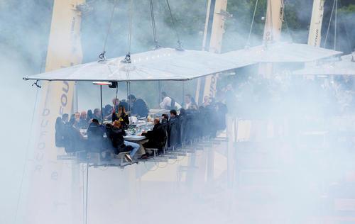 مراسم شام در آسمان در ارتفاع 40 متری از سطح زمین و روی یک سطح نگه داشته شده با جرثقیل – بروکسل