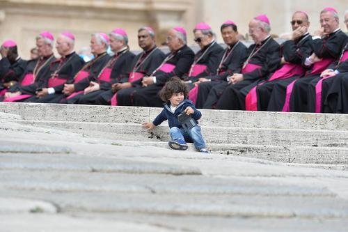 کاردینال های واتیکان در حال گوش فرادادن به سخنرانی هفتگی چهارشنبه های پاپ در میدان سن پترز