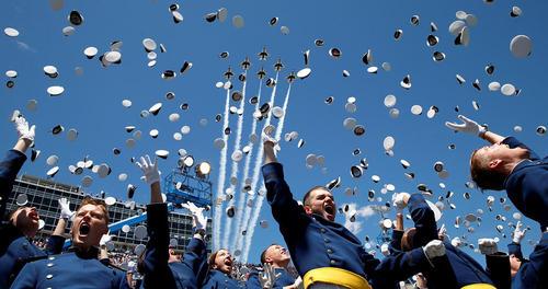 جشن فارغ التحصیلی افسران آکادمی نیروی هوایی آمریکا در کلرادو اسپرینگز