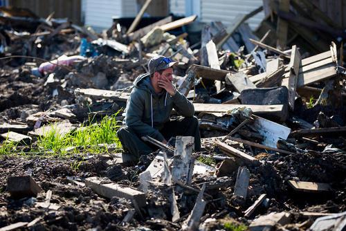 بازگشت صدها شهروند شهر مک موری ایالت آلبرتا کانادا به خانه هایشان پس از مهار آتش سوزی گسترده در این شهر