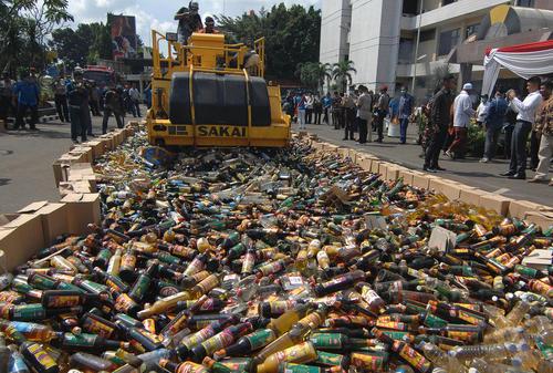 امحا بیش از 12 هزار بطری مشروبات الکلی در جاکارتا اندونزی در آستانه آغاز ماه رمضان