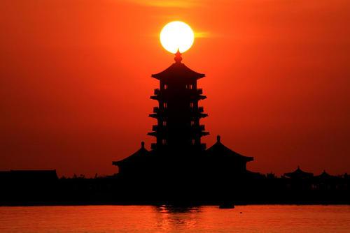 غروب آفتاب در شهر پنگلای در استان شرقی شاندونگ چین
