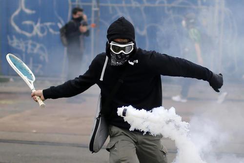 دور کردن گلوله گاز اشک آور با راکت تنیس در جریان اعتراضات به اصلاح قانون کار فرانسه در شهر نانت