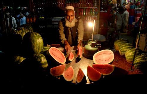 فروشنده دوره گرد هندوانه در شهر جلال آباد