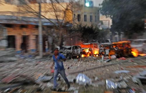 آثار انفجار بمب گذاری در یکی از هتل های ماگادیشو پایتخت سومالی