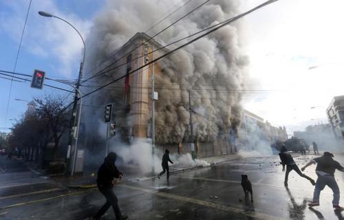 درگیری های شدید معترضین و نیروهای امنیتی در شیلی