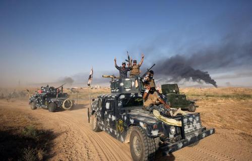 نیروهای داوطلب شیعه معروف به حشد العشبی در عراق در جبهه جنگ با داعش