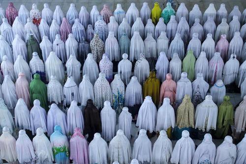 نماز تراویح مسلمانان اندونزی در نخستین شب آغاز ماه رمضان – آچه