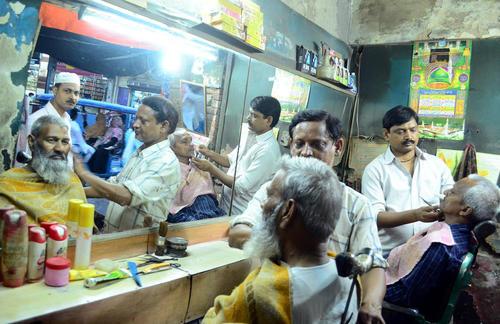 مسلمانان هندی با اصلاح سروصورت به استقبال نخستین افطار ماه رمضان رفتند – الله آباد