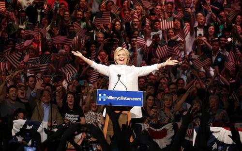 هیلاری کلینتون پس از کسب پیروزی در آخرین دور از انتخابات مقدماتی ریاست جمهوری و مسجل شدن نامزدی نهایی او از حزب دموکرات در جمع هوادارانش در بروکلین نیویورک سخنرانی کرد