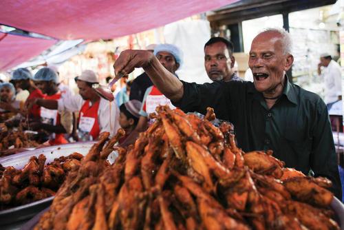 فروش غذاهای مخصوص افطاری در بازار شهر داکا بنگلادش