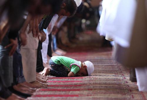 روزه داران مسلمان کشمیری در حال خواندن نماز در مسجد