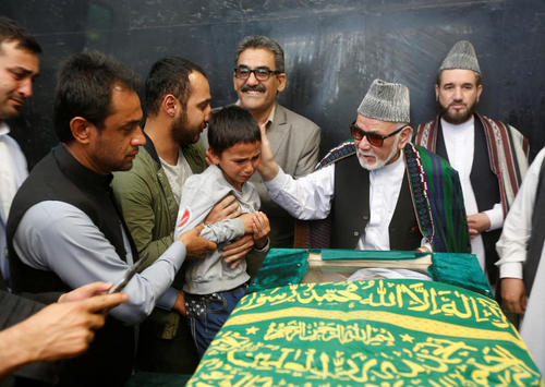 پسر خردسال ذبیح الله تمنا خبرنگار افغان کشته شده در حمله تروریستی در کابل بر بالای تابوت پدر