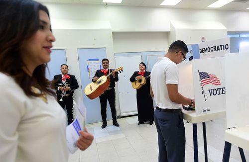نواختن یک گروه موسیقی در یک حوزه رای گیری انتخابات مقدماتی ریاست جمهوری آمریکا در ایالت کالیفرنیا