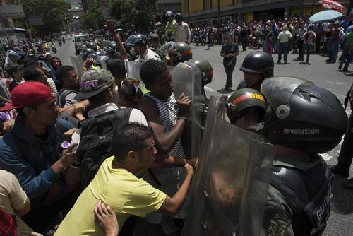 اعتراضات مردمی به کمبود مواد غذایی و مشکلات اقتصادی در ونزوئلا – کاراکاس