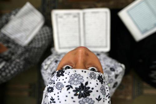 کلاس قرآن آموزی دختران فلسطینی در مسجدی در منطقه رفح در غزه