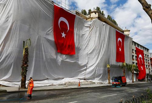 روکش کردن ساختمان آسیب دیده از انفجار تروریستی صبح سه شنبه در استانبول